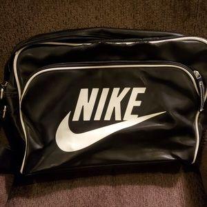 Nike Heritage Messenger bag